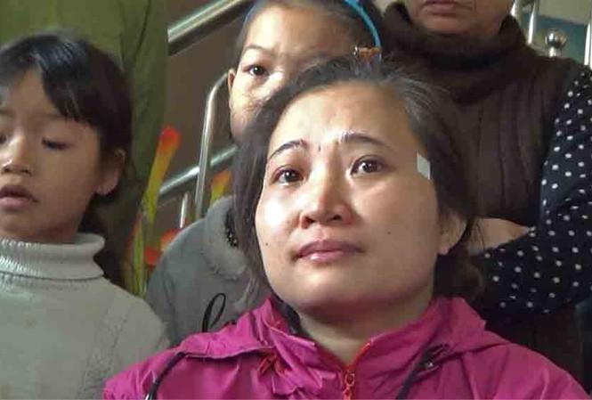 Chị Duyên không cầm được nước mắt đợi thông tin của con gái.