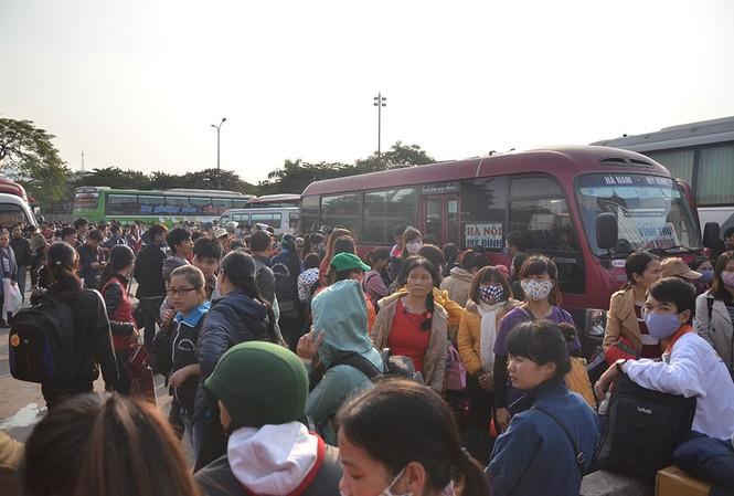 Người dân đổ xô ra bến xe về nhà đợt nghỉ Tết Dương lịch.