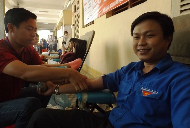 Anh Huỳnh Thái Nguyên, Phó Bí thư Thành Đoàn Cần Thơ hiến máu.