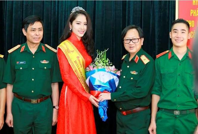 Trường  VHNT Quân đội tặng bằng khen cho Hoa khôi Nam Em