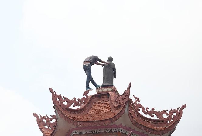 Nam thanh niên cố thủ trên nóc tòa tháp 11 tầng.