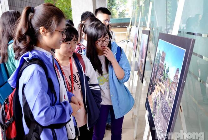 Triển lãm thu hút đông đảo sinh viên.