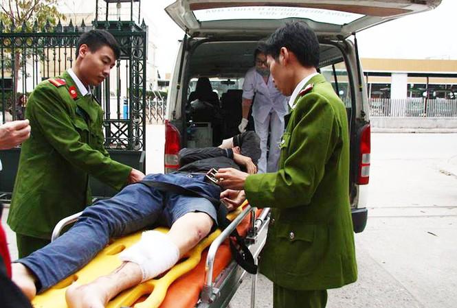 Một trong hai tên cướp được đưa đi viện sau khi ngã xe.