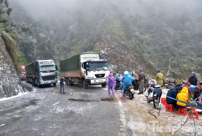 Tuyến đường từ Sapa lên Lai Châu, đoạn qua khu vực Thác Bạc bị đóng băng từ khoảng 2h sáng nay, 24/1, khiến các các phương tiện không thể lưu thông, xếp hàng dài trên đèo.