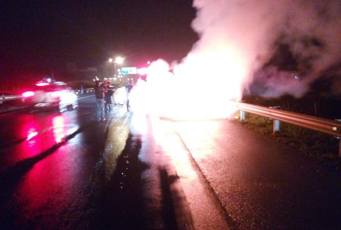 Xe ô tô 4 chỗ bị thiêu rụi trên cao tốc.