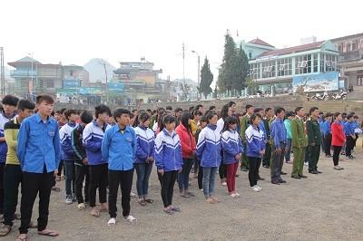 Các bạn học sinh, đoàn viên thanh niên của huyện Sìn Hồ đã có mặt từ rất sớm để tham dự chương trình.