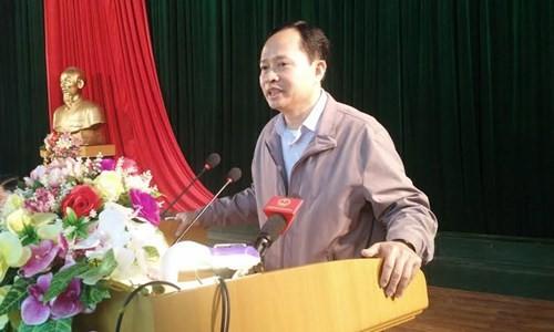 Bí thư Tỉnh ủy Thanh Hóa Trịnh Văn Chiến trả lời các ý kiến của ngư dân tại buổi đối thoại sáng 7/3. Ảnh: Hoàng Lam.
