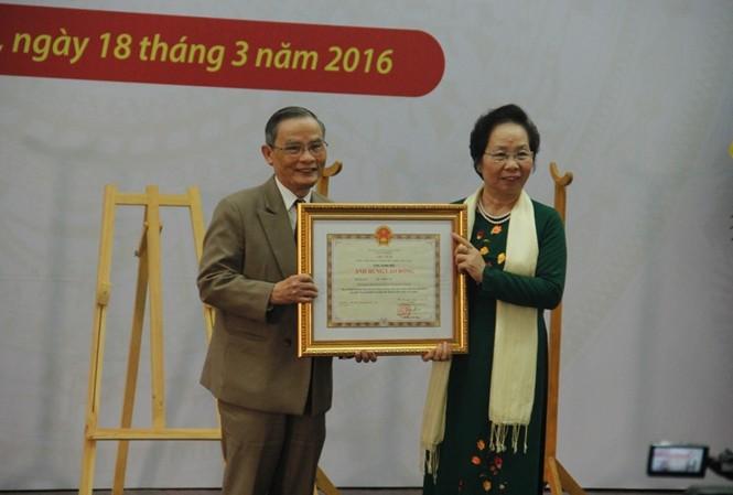 Phó Chủ tịch nước Nguyễn Thị Doan trao tặng danh hiệu Anh hùng lao động cho NGƯT Lê Công Cơ. Ảnh: Thanh Trần.