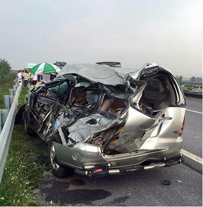 Chiếc xe ô tô con bị hư hỏng nặng. Ảnh: Trung tâm điều hành đường cao tốc Nội Bài – Lào Cai.
