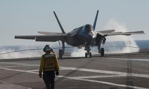 Tiêm kích F-35C hạ cánh trên tàu sân bay Mỹ. Ảnh: US Navy
