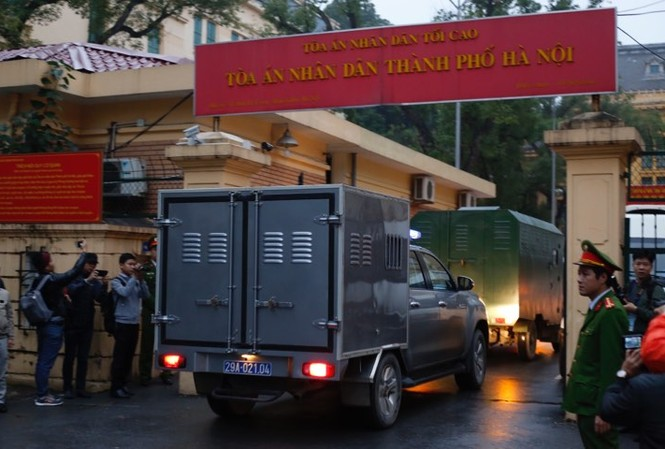 Sáng 8/1, các đoàn xe chở bị cáo liên quan vụ án xảy ra tại Tổng công ty cổ phần Xây lắp dầu khí Việt Nam (PVC) đã lần lượt xuất hiện tại sân tòa.