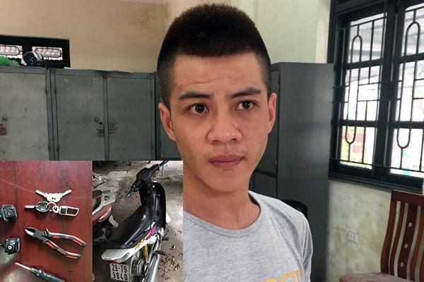 Khánh cùng chiếc xe máy và số tang vật bị thu giữ.