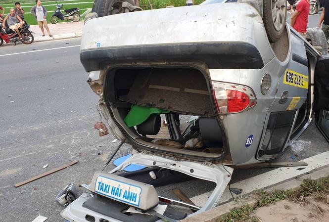 Chiếc taxi bị hư hỏng nặng sau vụ tai nạn. Ảnh: CTV