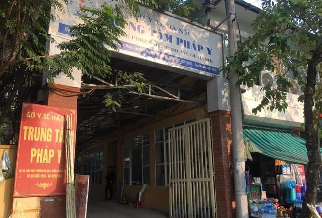 Chiều 21/11, gia đình nạn nhân tới Trung tâm pháp y để nhận dạng. Ảnh: Thanh Hà