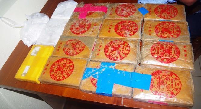 25 bánh heroin phát hiện trôi dạt ở bờ biển Quảng Nam được người dân giao nộp cơ quan chức năng.
