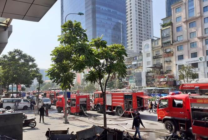 Nhiều xe chữa cháy được huy động tới hiện trường. Ảnh: Công an Hà Nội