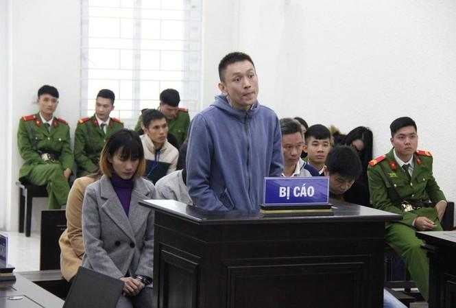 Nhóm đối tượng tổ chức cho người khác trốn ra nước ngoài bị đưa ra tòa xét xử - Ảnh: ANTĐ