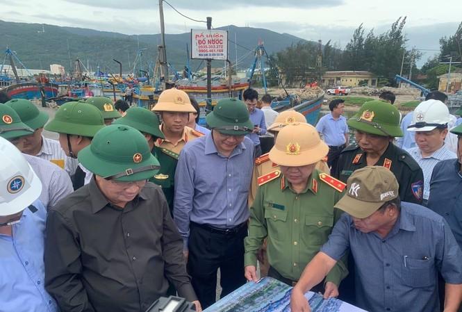 Trung tướng Nguyễn Văn Sơn, Thứ trưởng Bộ Công an, có mặt tại Đà Nẵng chỉ huy công an phối hợp các lực lượng ứng phó bão...