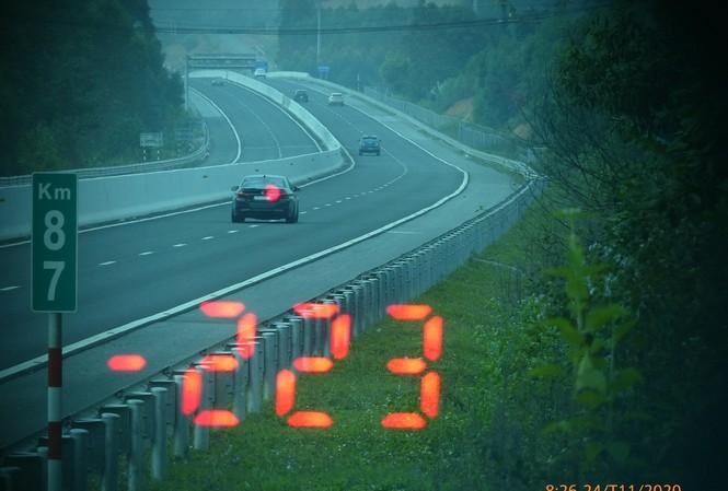 Chiếc ô tô chạy quá tốc độ cho phép
