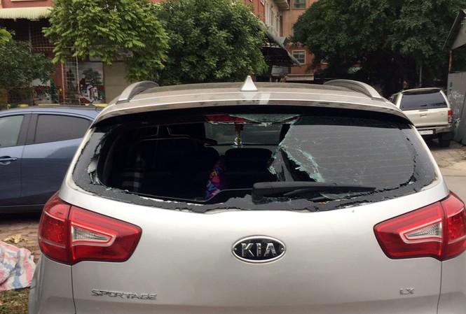 Chiếc ô tô bị vỡ kính sau.