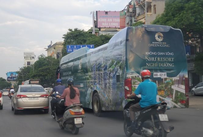 Xe quảng cáo dự án bất động sản rong ruổi trên phố