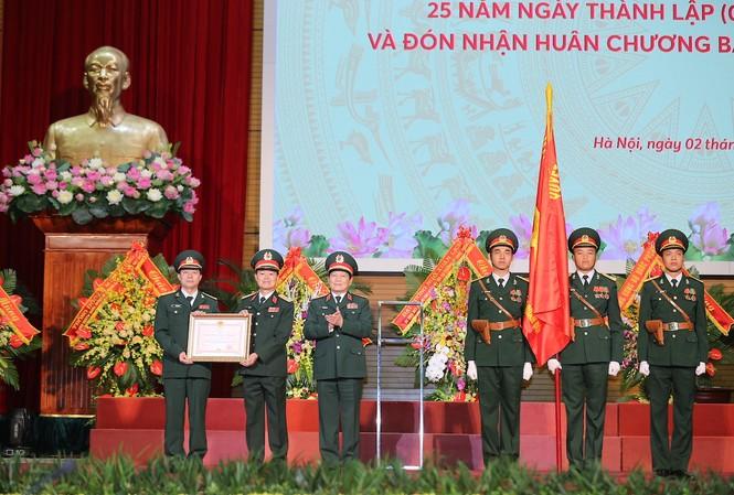 Kỷ niệm 25 năm thành lập MB vinh dự đón nhận Huân chương Bảo vệ Tổ quốc Hạng Nhất