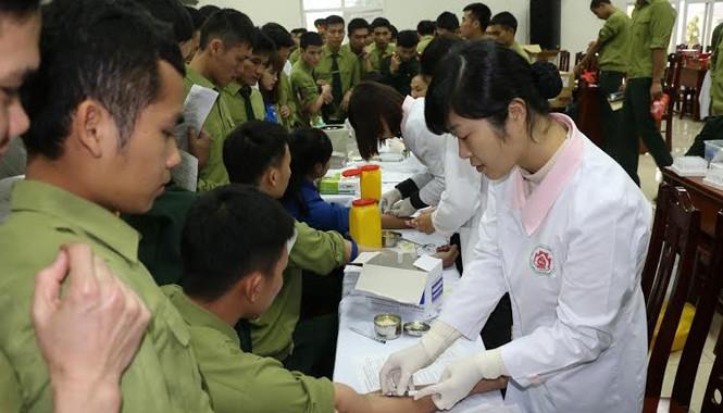 Đông đảo cán bộ, ĐVTN Đại học Chính trị và sinh viên tình nguyện tham gia hiến máu.
