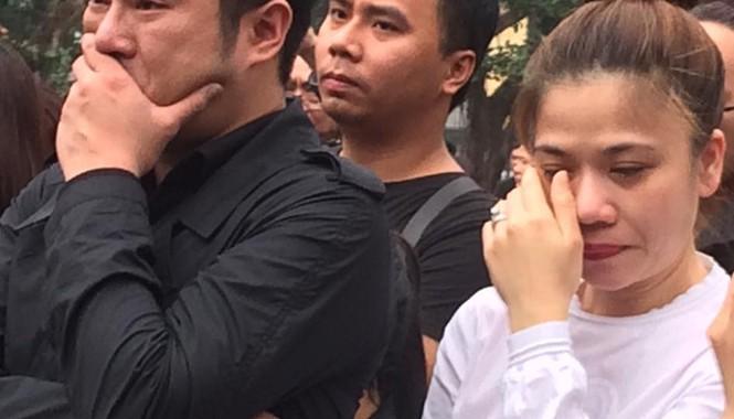 Mỹ Dung không ngừng lau nước mắt trước giờ phút tiễn biệt Trần Lập.