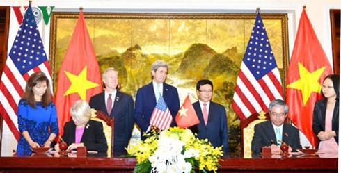 """Ký Hiệp định khung về việc Việt Nam cho phép một số tình nguyện viên Hoa Kỳ dạy tiếng Anh tại Thành phố Hà Nội và Hồ Chí Minh trong khuôn khổ """"Chương trình Hòa bình"""". Ảnh: VOV"""