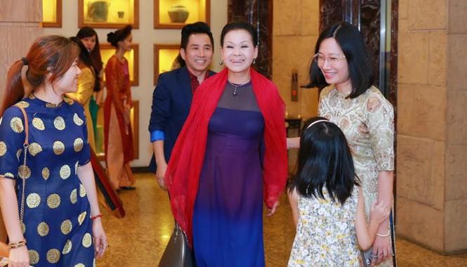 """Đáp chuyến bay tới Hà Nội, nữ danh ca Khánh Ly đã dành thời gian tham gia buổi trà đàm """"Nhớ mùa thu Hà Nội"""" cùng với người hâm mộ và báo giới. Đây cũng là liveshow cùng tên của bà sẽ diễn ra vào ngày 26,27/8 tại Nhà hát lớn Hà Nội."""