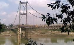 Cầu treo thị trấn Dùng nơi phát hiện thi thể nạn nhân.