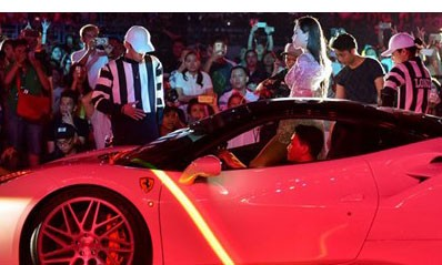 Hình ảnh Hồ Ngọc Hà bước ra từ siêu xe Ferrari 488 GTB trong liveshow của Noo Phước Thịnh. Ảnh: Zing.