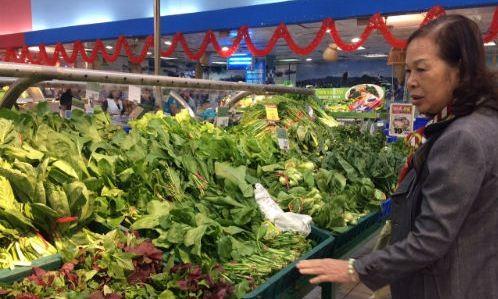 Quầy rau xanh tại các siêu thị khá phong phú sau Tết. Ảnh: H.Thu.