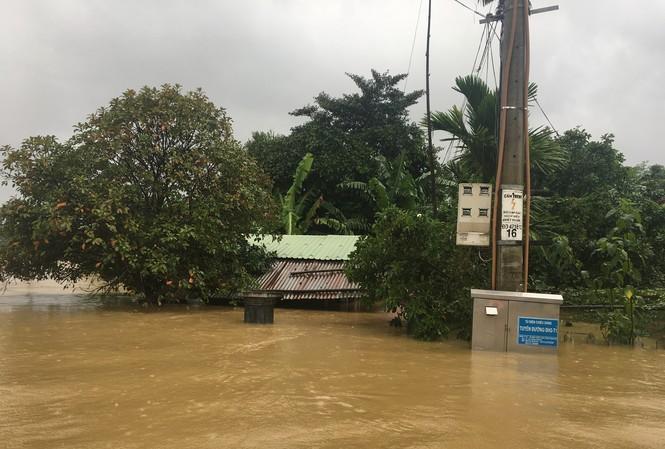 Một ngôi nhà ở thôn Thạch Nham Tây (xã Hòa Nhơn, huyện Hòa Vang) chỉ còn trơ phần mái. Ảnh: Thanh Trần.