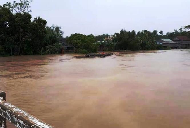 Lũ dâng cao bất ngờ từ các sông lớn tại TT-Huế gây thiệt hại về người.