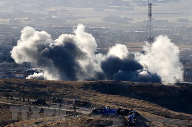Khói bốc lên từ khu vực Sinjar sau một chiến dịch chống khủng bố của lực lượng người Kurd ở miền bắc Iraq. (Nguồn: AFP/TTXVN)