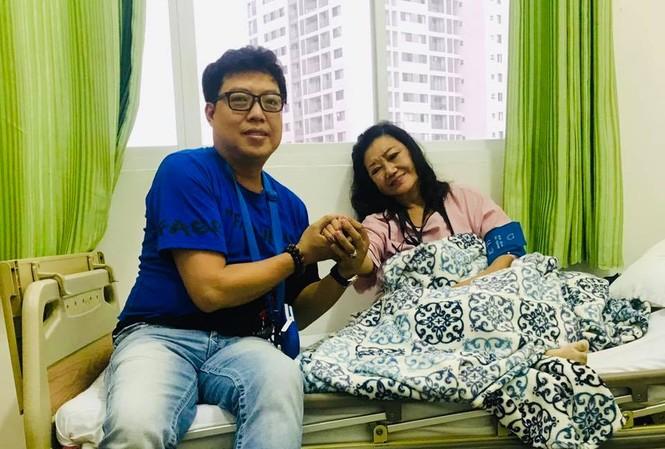 Đạo diễn Thanh Hiệp vào thăm NSND Kim Cương ở bệnh viện.