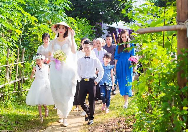 Chú rể Văn Hợp đi đón cô dâu Thu Trang trong ngày cưới 6/10. Ảnh: Đinh Thịnh.