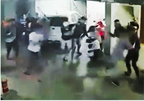 Đám đông đuổi chém Quân. Ảnh cắt từ video.