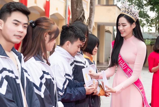 Hoa hậu Đỗ Thị Hà trao học bổng cho học sinh có hoàn cảnh đặc biệt khó khăn, học sinh nghèo hiếu học ở trường THPT Hậu Lộc 3.
