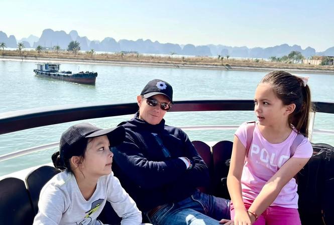 Showbiz 1/1: Diva Hồng Nhung đăng ảnh bạn trai ngoại quốc bên hai con