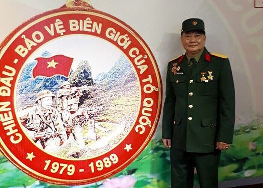 """Trao huy hiệu """"Chiến đấu bảo vệ biên giới của Tổ quốc"""""""