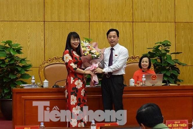 Chủ tịch HĐND tỉnh Lạng Sơn (bìa phải) tặng hoa chúc mừng bà Trần Thị Sơn Thùy .Ảnh: DC