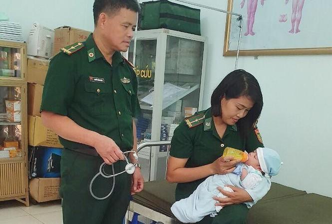 Sau khi quân y Biên phòng Chi Ma chăm sóc, trẻ sơ sinh được bàn giao cho Trung tâm Bảo trợ XH tỉnh Lạng Sơn .Ảnh: Duy Chiến