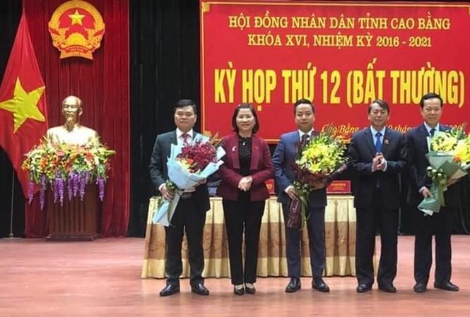 Tân Phó chủ tịch tỉnh (giữa) và Ủy viên UBND tỉnh nhận hoa chúc mừng của lãnh đạo tỉnh Cao Bằng .Ảnh: TL