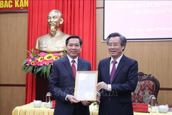 Ông Nguyễn Quang Dương, Ủy viên Ban chấp hành Trung ương Đảng, Phó Trưởng Ban Tổ chức Trung ương (phải) trao quyết định cho đồng chí Nguyễn Long Hải. Ảnh: TTXVN