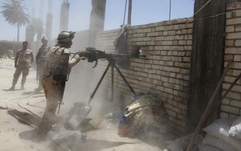 Binh sỹ quân đội Iraq đụng độ dữ dội với phiến quân (Ảnh Reuters)