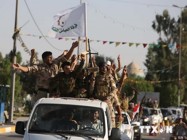 Các thành viên lữ đoàn Al-Abbas tình nguyện gia nhập lực lượng chống các tay súng Hồi giáo nổi dậy, tại thành phố Shrine ngày 26/6. (Ảnh: AFP/TTXVN)