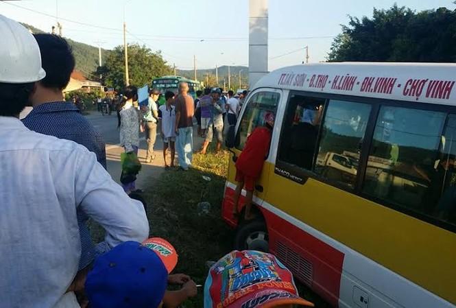 Chiếc xe buýt bị đối tượng tên Giáp cướp vô lăng chạy loạn xạ trên đường. (Ảnh T.D).
