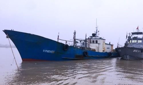 Tàu số hiệu 13056 chở 100.000 lít dầu cùng 3 thuyền viên là người Trung Quốc đang bị biên phòng Hải Phòng tạm giữ phục vụ điều tra. Ảnh: Bộ đội Biên phòng.